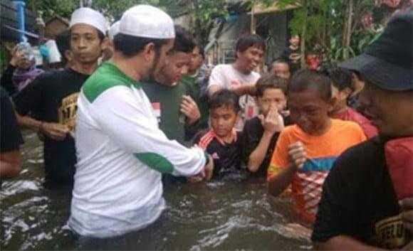 Menantu Habib Rizieq dan FPI Dirikan Dapur Umum Buat Korban Banjir