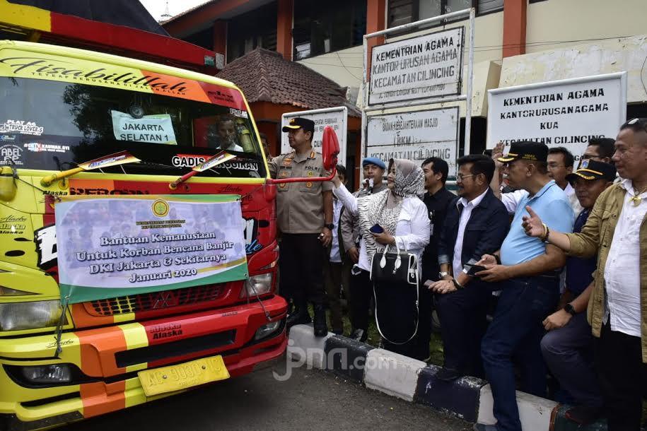 Mentan Syahrul Serahkan Bantuan Kepada Korban Banjir di Jakarta dan Tangerang