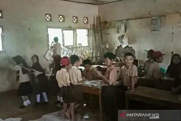 Lihatlah, Siswa SD Belajar di Bawah Ancaman Bangunan Ambruk - JPNN.com