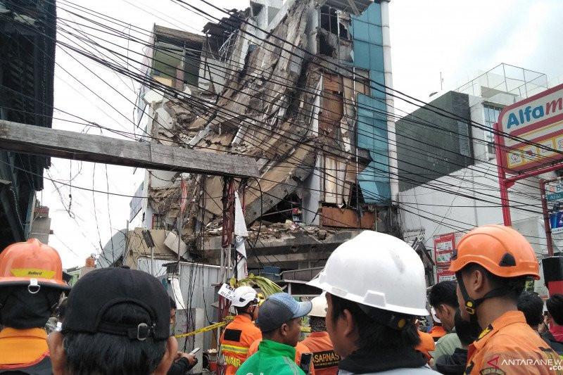 Gedung 5 Lantai di Palmerah Roboh, 3 Orang Terluka - JPNN.com