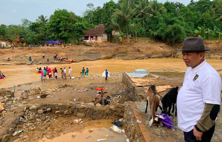 Ketua Fraksi PKS DPR Serahkan Gaji untuk Korban Banjir Banten