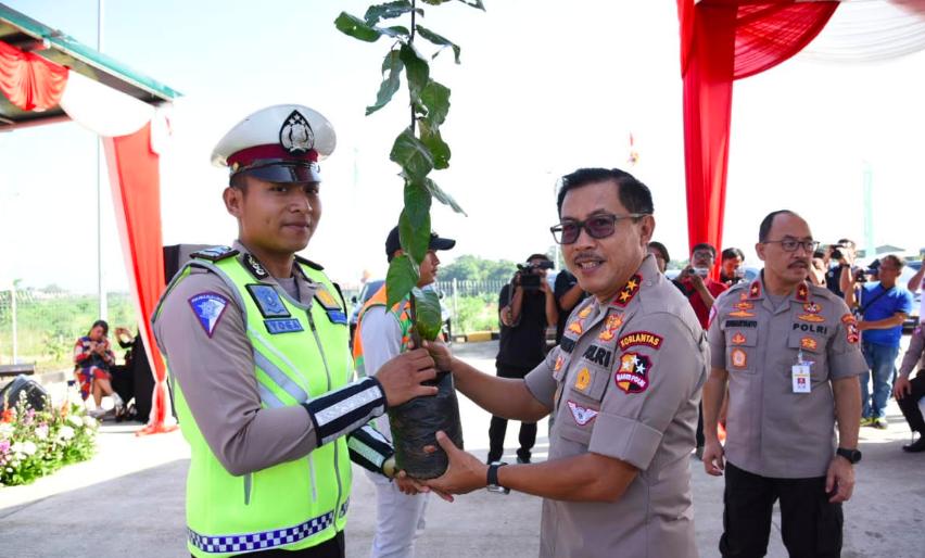 antisipasi-banjir-polisi-tanam-ribuan-pohon-di-pinggiran-tol