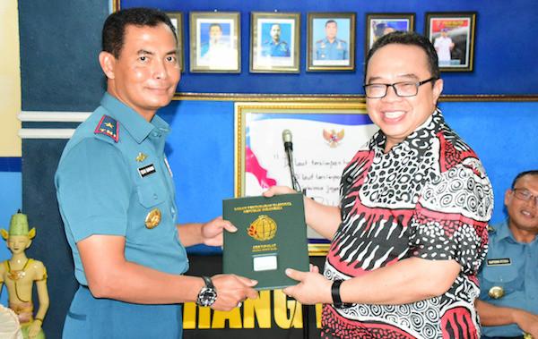 BPN Serahkan Sertifikat Tanah TNI AL Kepada Danlantamal V - JPNN.com