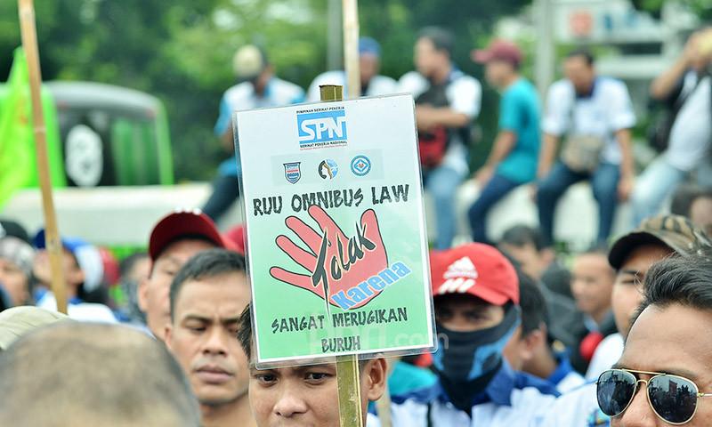 Kami Menyingkirkan Ketakutan terhadap COVID-19, Karena Omnibus Law Lebih Menyeramkan - JPNN.com