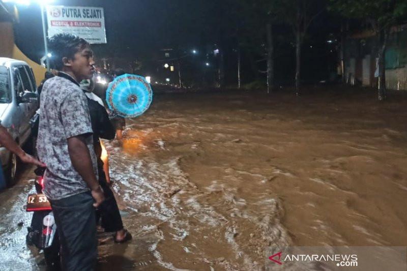 Banjir Memutus Akses Jalan Raya Garut-Cikajang - JPNN.com
