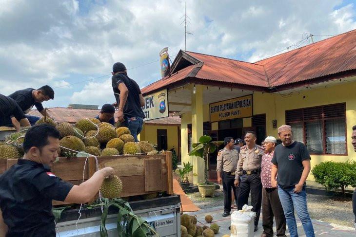Mencurigakan, Truk Durian Digeledah Polisi, Ternyata Isinya - JPNN.com