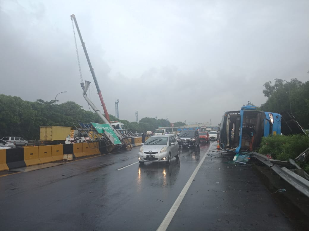 Bus Damri Alami Kecelakaan di Jalan Tol Sedyatmo - JPNN.com