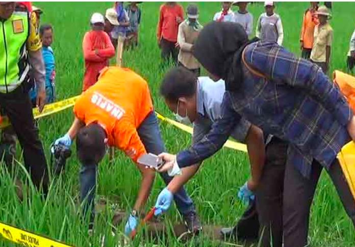 Orang Tua Tega Mengubur Mayat Bayi di Jalur Irigasi Sawah - JPNN.com