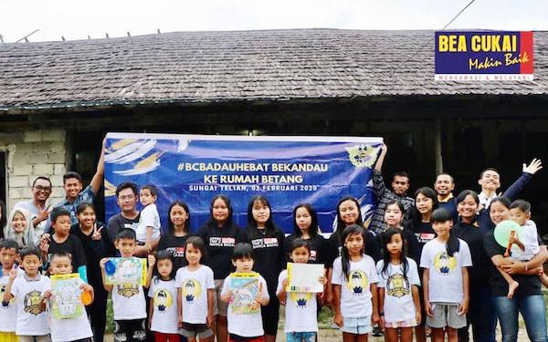 Bea Cukai Bekandau ke Rumah Betang Sungai Telian - JPNN.com