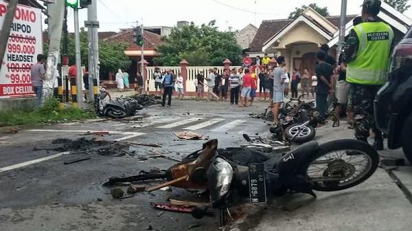 Sejumlah Sepeda Motor Dibakar Suporter Jelang Laga Persebaya vs Arema FC - JPNN.com