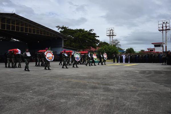 panglima-tni-hadiri-upacara-militer-pelepasan-jenazah-korban-kecelakaan-helikopter-mi-17