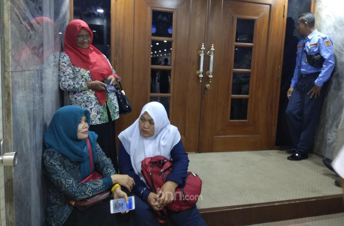 3 Perempuan Honorer K2 Sabar Menunggu di Depan Ruang Komisi II DPR - JPNN.com