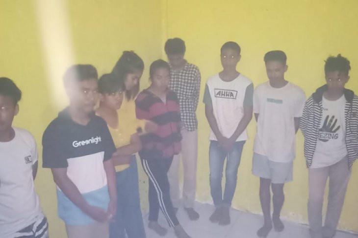 Tiga Perempuan dan Tujuh Pria Digerebek Saat Berbuat Terlarang di Indekos - JPNN.com
