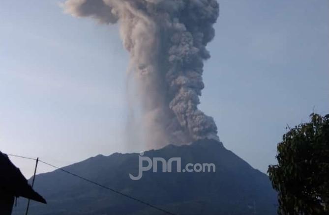 Selasa Pagi Gunung Merapi Erupsi Lagi, Terdengar Dentuman Keras - JPNN.com