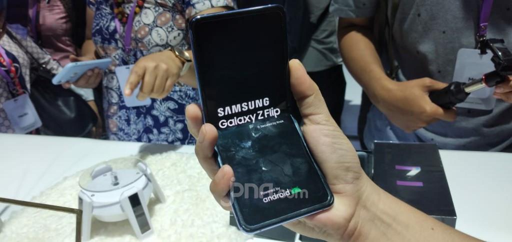 Samsung Siapkan Ponsel Layar Lipat Murah Saingi Huawei - JPNN.com