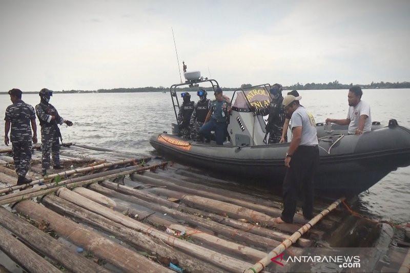 TNI AL Temukan Ribuan Batang Kayu Gelondongan Tak Bertuan di Sungai Kapuas - JPNN.com