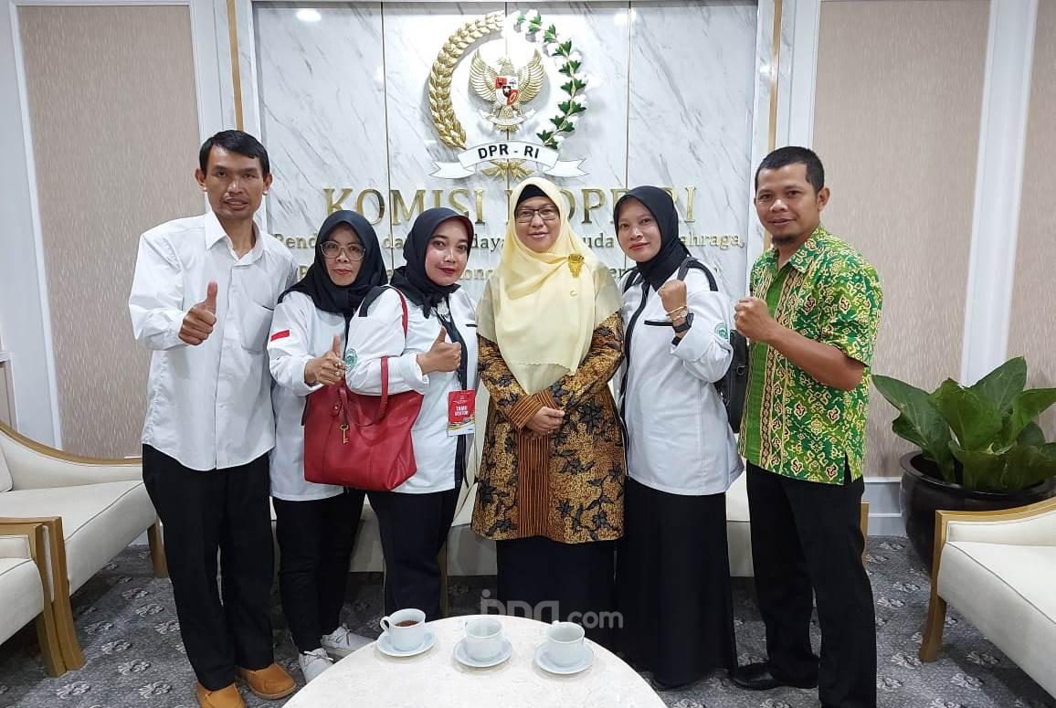 Sambil Menangis, Lina Guru Honorer Nonkategori: Pak Jokowi Orangnya Baik - JPNN.com
