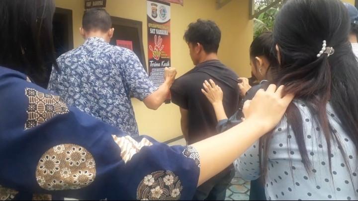 Romi Diciduk Polisi Usai Konsumsi Sabu-sabu dengan Dua Istrinya - JPNN.com