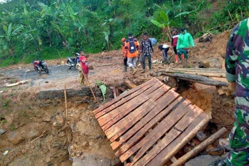 Jembatan Gantung Terputus saat Hujan Deras di Kaki Gunung Halimun Salak - JPNN.com