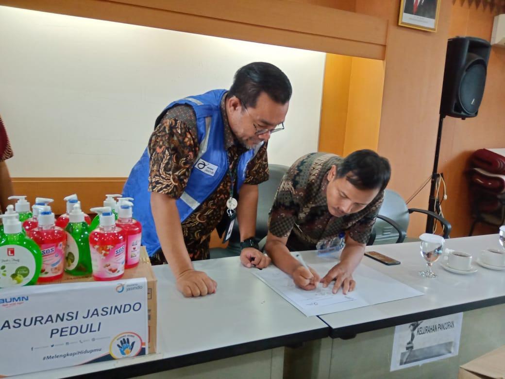Asuransi Jasindo Bagikan Sabun Pencuci Tangan untuk Masyarakat - JPNN.com