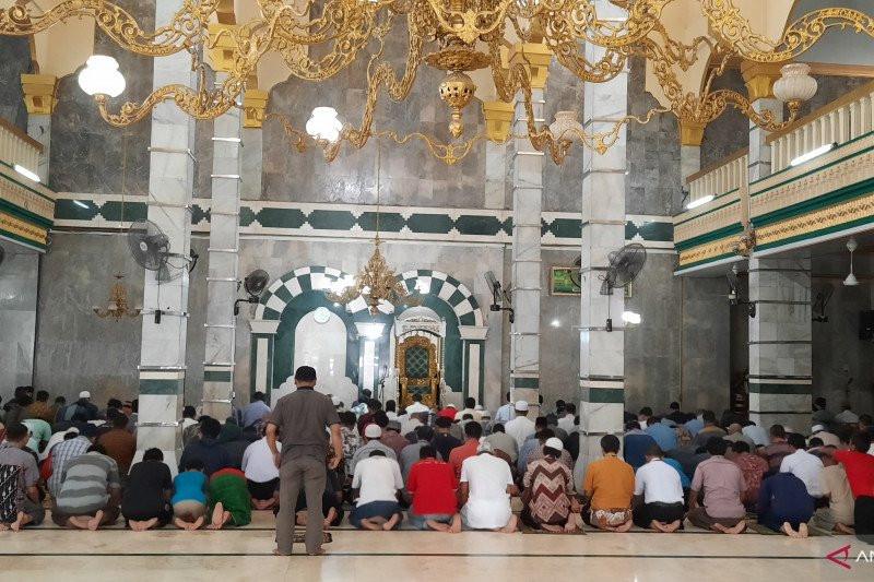 Malaysia Larang Orang Asing Salat Berjemaah di Masjid - JPNN.com