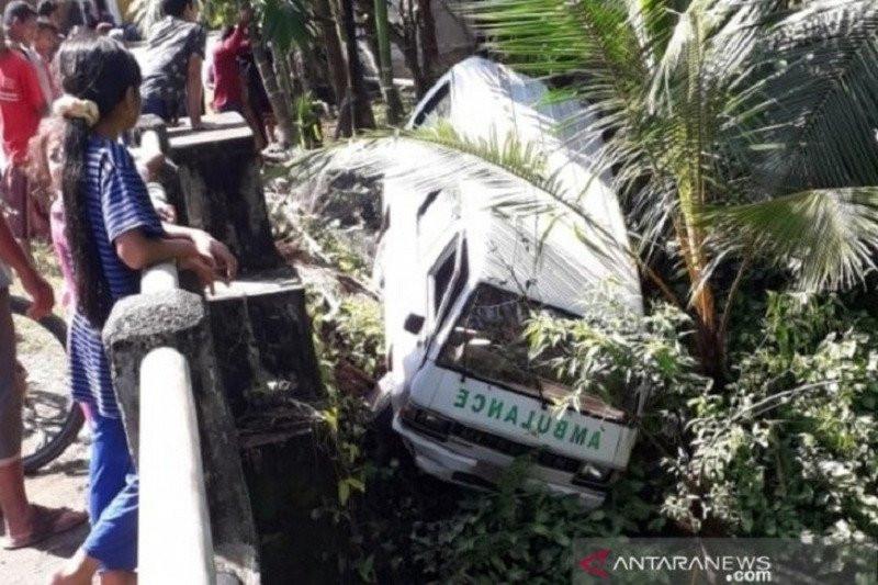 Ambulans Terjun ke Tebing Sungai - JPNN.com