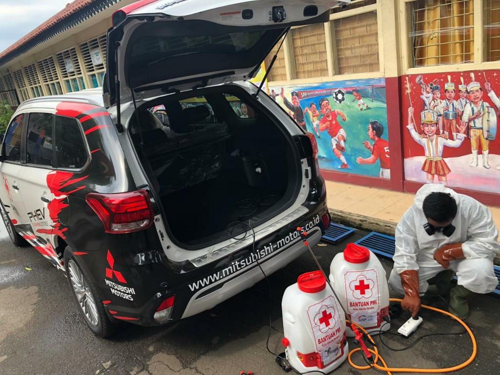 Mitsubishi Outlander PHEV Bantu Penyemprotan Disinfektan di Jakarta - JPNN.com
