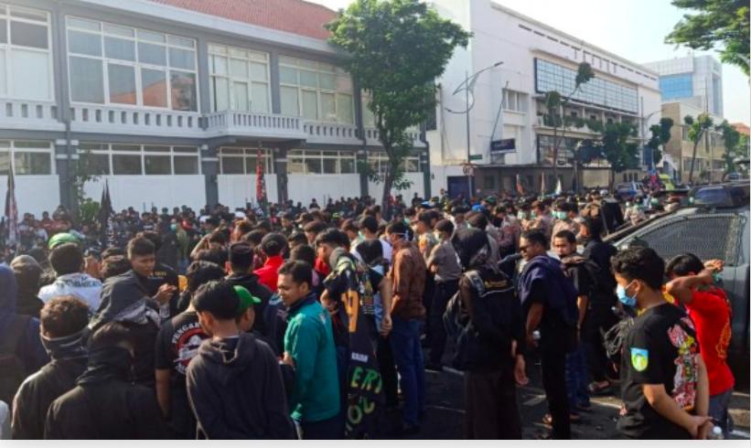 Alamak! 5 Ribu Orang Unjuk Rasa di Mapolrestabes Surabaya, Physical Distancing? - JPNN.com