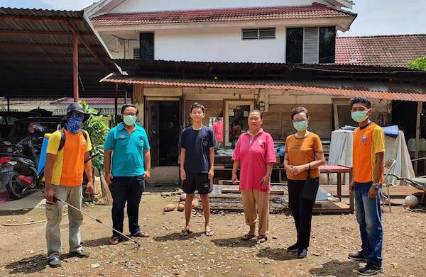 Cegah Corona, SMP Xaverius Bantu Penyemprotan Disinfektan ke Rumah Siswa - JPNN.com