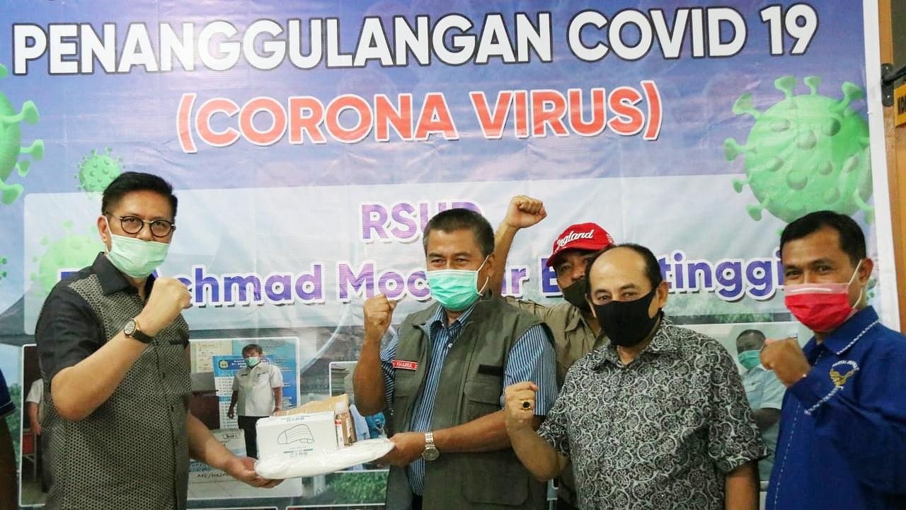 Mulyadi Sumbang Ribuan APD untuk RSAM Bukittinggi - JPNN.com