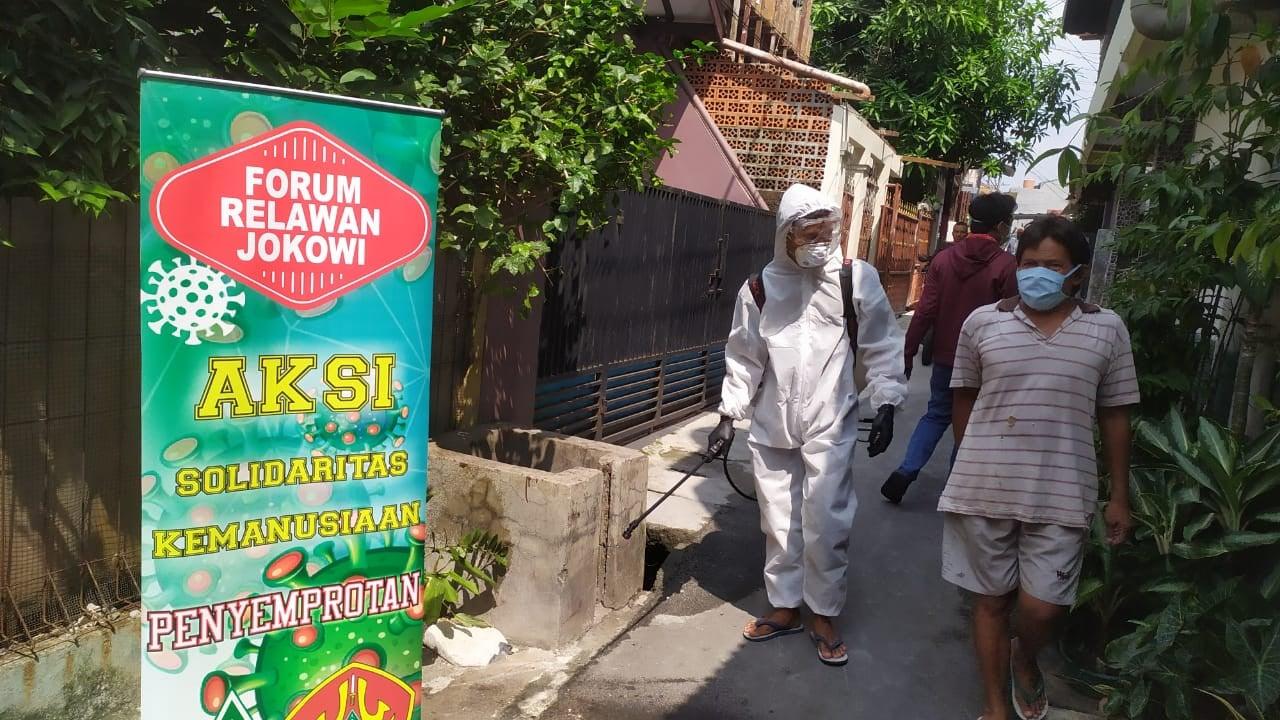 Forum Relawan Jokowi Salurkan Makanan Gratis di Perkampungan Padat - JPNN.com