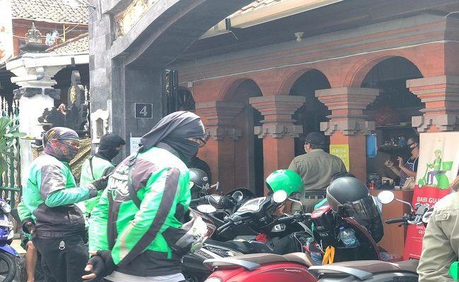 Ojol di Warung Babi Guling Dibubarkan Satpol PP - JPNN.com
