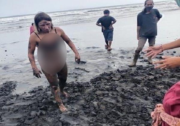 Indonesia Lagi Pandemi Corona, Bule Berengsek Malah Asyik Mandi di Pantai - JPNN.com