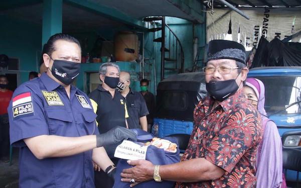 Bamsoet Kembali Berikan Bantuan Sembako ke Pengemudi Bajaj - JPNN.com