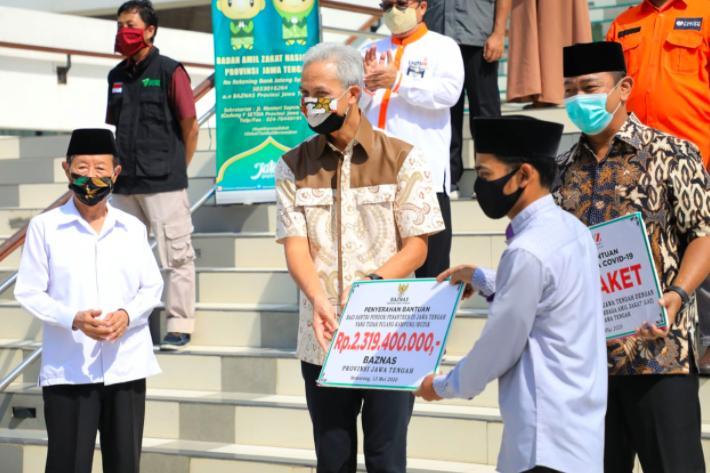 Ganjar Beri Bantuan Rp 2,3 Miliar untuk Puluhan Ribu Santri di Ponpes - JPNN.com