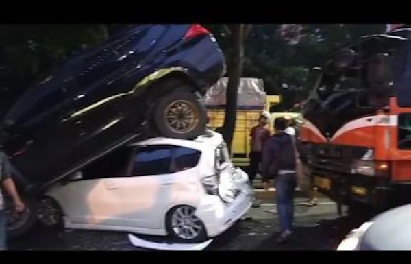 Kecelakaan Beruntun 5 Mobil di Ringroad, Pajero Sport Nangkring di Atas Honda Jazz - JPNN.com