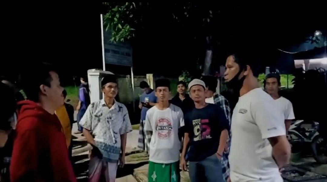 Data Bansos Bermasalah, Kades Diamuk Warga Sampai Kayak Begini - JPNN.com