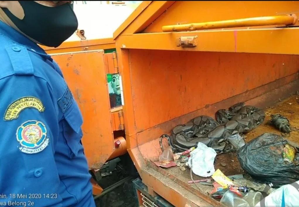 Enam Petugas Turun Tangan, Gerobak Motor PPSU Dibongkar, Ternyata - JPNN.com