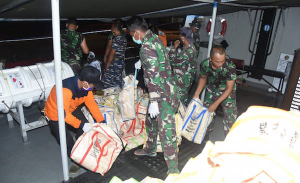 KRI Teluk Sangkulirang-542 Distribusikan 1.000 Paket Sembako di Pulau Sapeken - JPNN.com