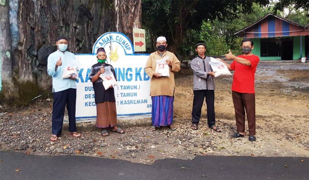 Laskar Ngawi Berikan THR Buat Marbut dan Lansia di Tiga Kecamatan - JPNN.com