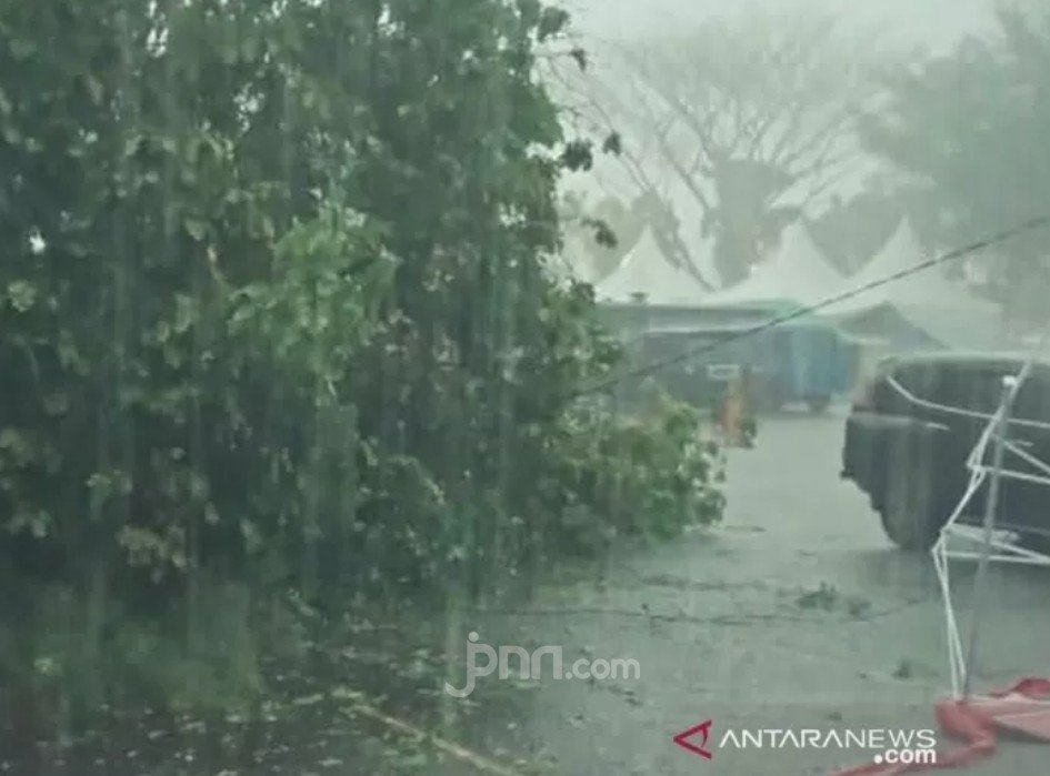 Innalillahi, Hujan Deras dan Angin Kencang Rusak 3 Rumah Warga - JPNN.com