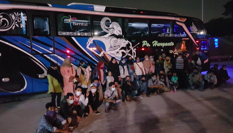 Polisi Tahan Tiga Bus di Tol, Ternyata Isinya Bikin Geleng Kepala - JPNN.com
