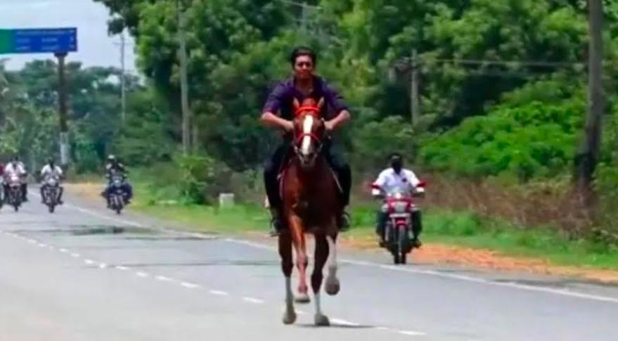 Mobil Dibatasi di Jalanan, Akhirnya Anak Anggota Dewan ini Ngebut Berkuda di Jalanan - JPNN.com