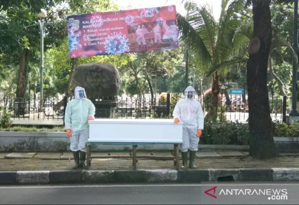 Dijaga Tentara, Pemakaman Masih Ramai, Mila: Bandel Banget Dibilangin - JPNN.com