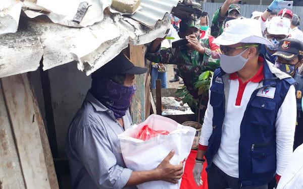 Sandiaga Uno Bersama EP Jokowi Bagi-bagi Sembako untuk Kuli Panggul - JPNN.com