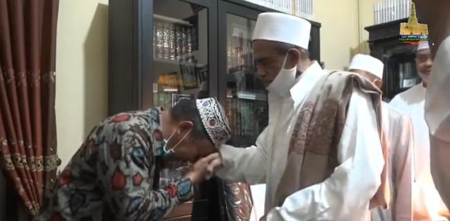Bertemu Habib Umar Bangil, Anggota Satpol PP Curhat, Akhirnya Menangis - JPNN.com