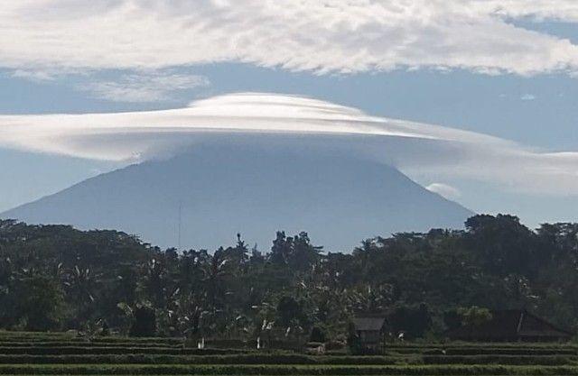 Menakjubkan, Gunung Agung Berpayung Awan, Semoga Pertanda Baik - JPNN.com