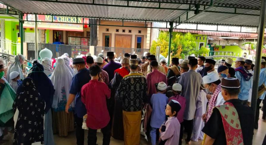 Salat Id di Masjid Ini Penuh, Luber Sampai ke Jalan - JPNN.com