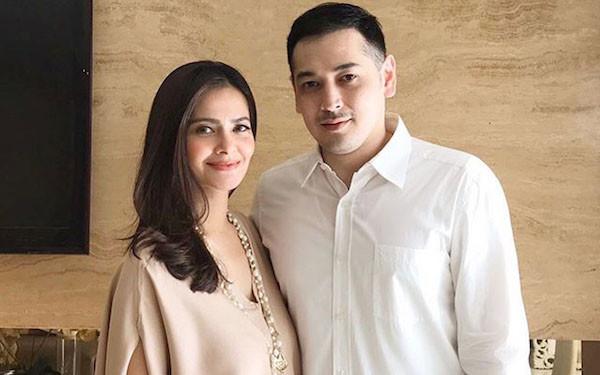 Berpose Bareng Suami, Tubuh Cut Tari Jadi Sorotan, Lagi Hamil? - JPNN.com