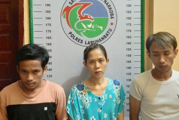 Dua Pria dan Satu Wanita Digerebek Tengah Berbuat Terlarang di Sebuah Warung - JPNN.com